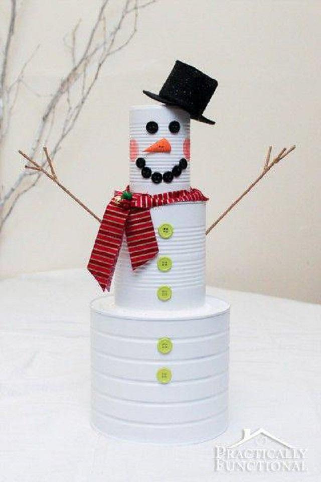 Boneco de Natal feito com latas