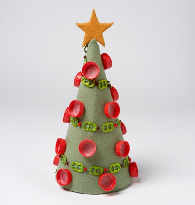 Árvore de Natal com tampinhas