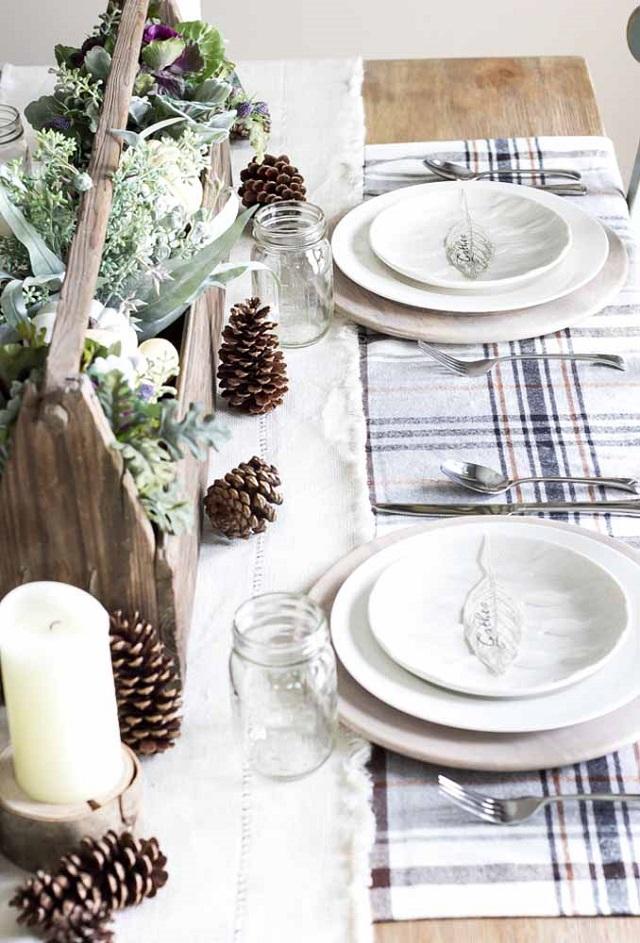 Mesa com enfeite de Natal de pinha