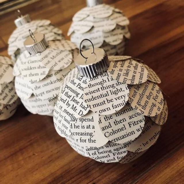 Bola de Natal feita com jornal