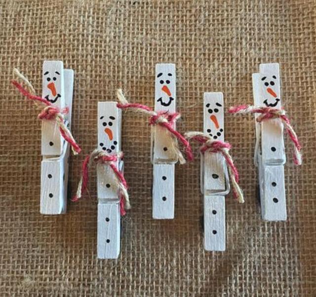 Bonecos de neve feitos com pregadores