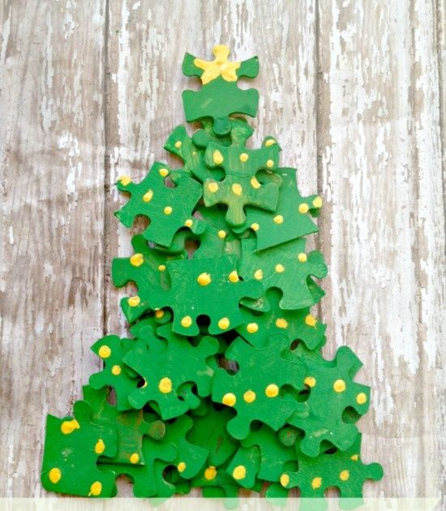 Árvore de Natal feita com quebra-cabeças