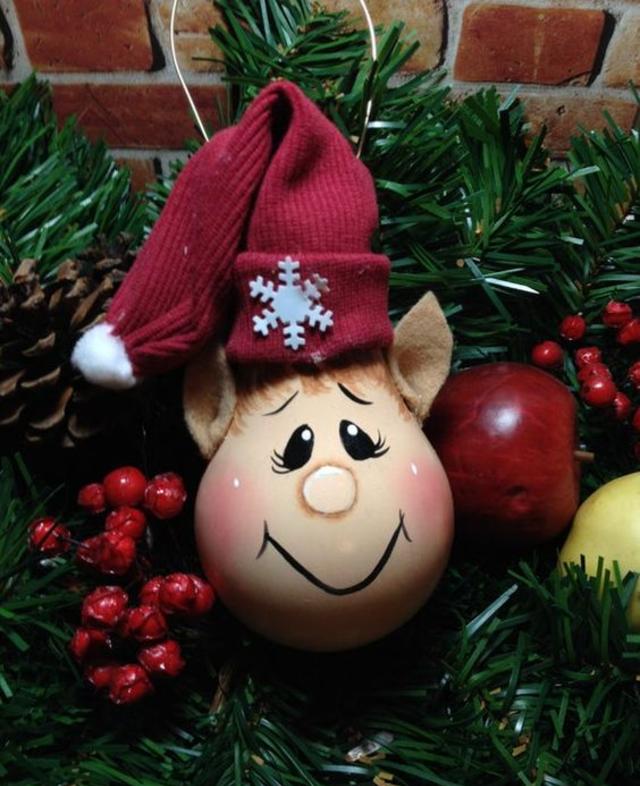 Pingente de árvore de Natal feito com lâmpada