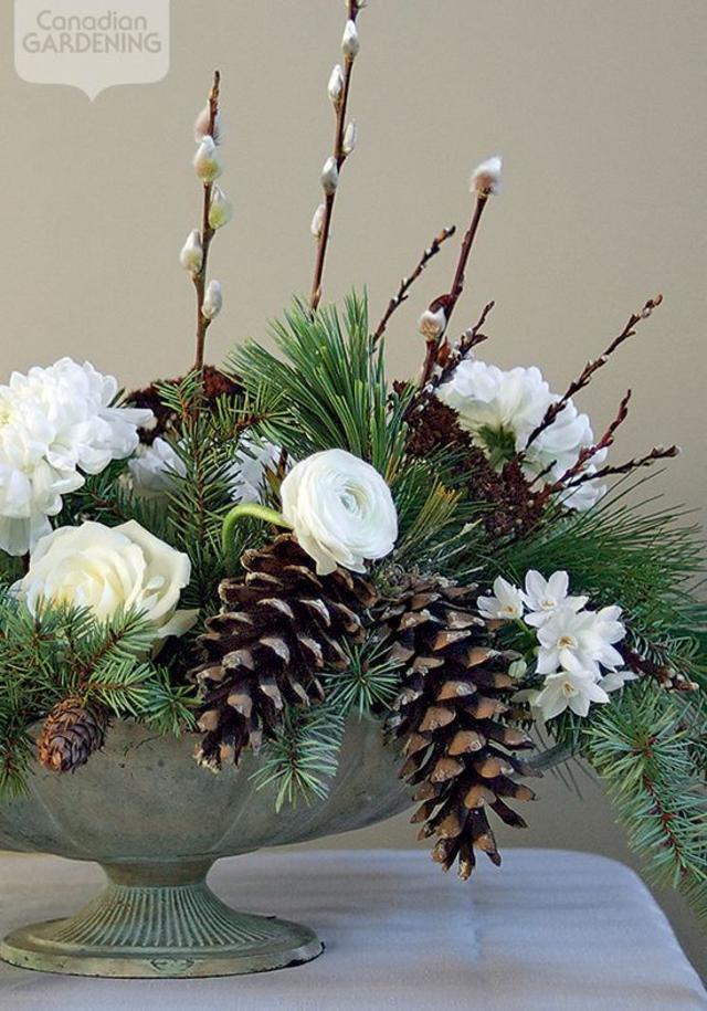 Enfeite de mesa de Natal com pinhas e flores