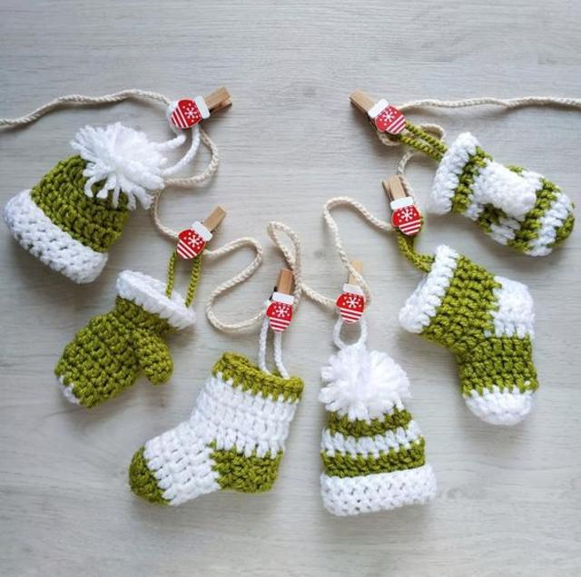 Cordão com meias de Natal de crochê