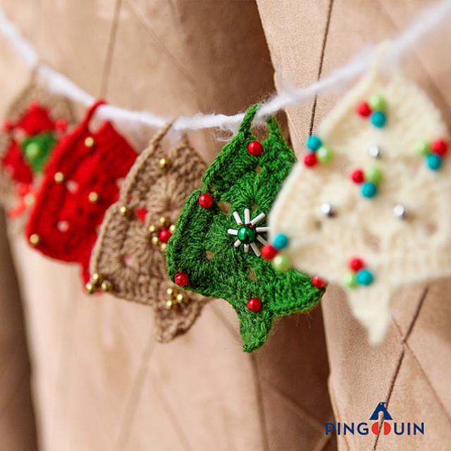 Cordão com árvores de Natal de crochê