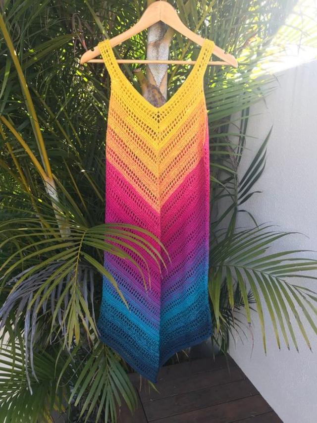 Modelo vestido de saída de praia em crochê fácil e rápida